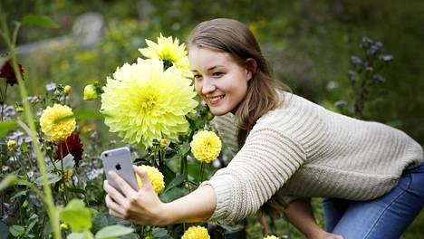 Vive Natri ikuistaa kuvaan itsensä ja kesän isoimman daalian kukan.