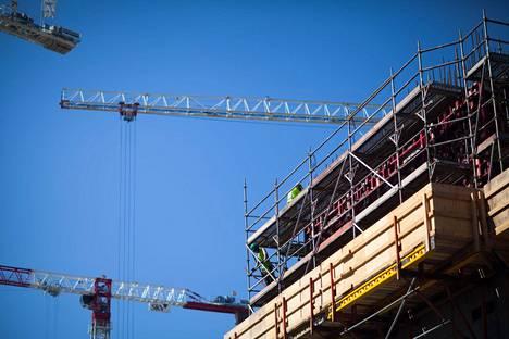 Erityisesti rakennusalalla rekrytointitilannetta pidetään vaikeana, kertoo EK suhdannebarometrissaan.
