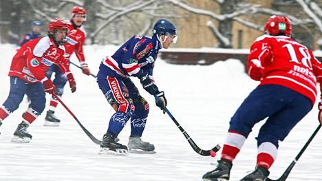 Botnian kapteeni Juri Schreck etsi syöttöpaikkaa Narukerän pelaajien keskellä.