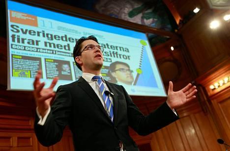 Ruotsidemokraattien entinen kansliapäällikkö väittää, että puoluejohtaja Jimmie Åkesson tiesi olemattomalla naisjärjestöllä keinottelusta. Kuvassa Åkesson puolueen 25-vuotisjuhlassa Tukholmassa viime vuoden helmikuussa.
