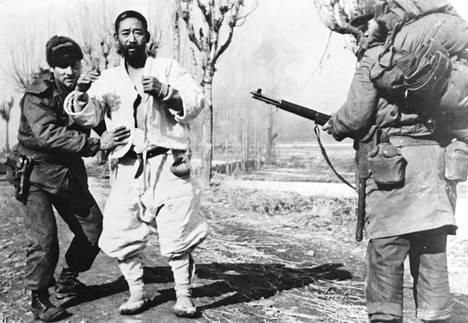 Pohjoiskorealainen sotilas otetaan Korean sodan aikana kiinni päiväämättömässä kuvassa.