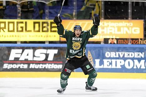 Ilveksen Vojtech Polak iski joukkueensa voitto-osuman kolmannessa erässä. Osuma syntyi Ilveksen pelatessa ylivoimalla. Kuva lokakuulta 2014.