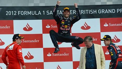 Mark Webberillä on kelpo ponnistus. MM-sarjaa johtava Fernando Alonso (vas.) ja Sebastian Vettel todistivat voittajan loikkaa.