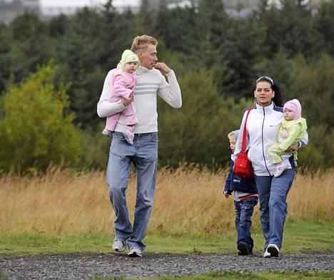 Islanti on tasa-arvon ykkönen. Perhe päiväkävelyllä Reykjavikissa.