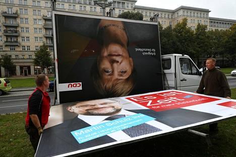 Työntekijät poistivat kristillisdemokraattien johtajan, liittokansleri Angela Merkelin vaalimainoksen Berliinissä.