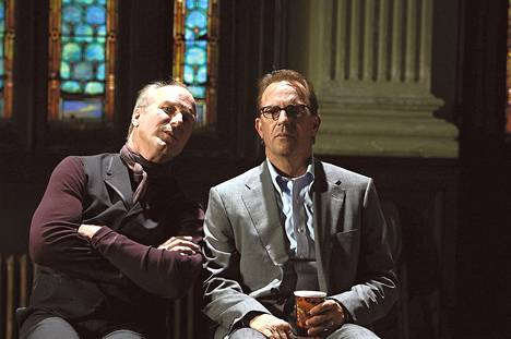 William Hurt (vas.) näyttelee murhanhimoista Marshallia, jonka vain herra Brooks (Kevin Costner) pystyy näkemään.