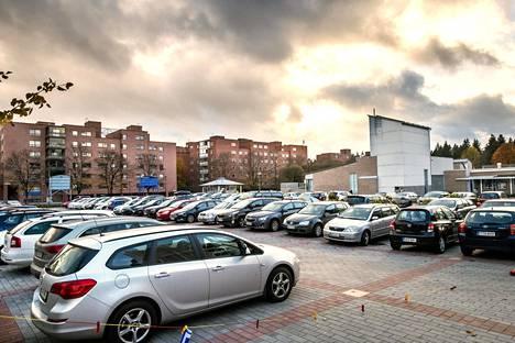 Länsi-Pasilassa sijaitsevasta Maistraatintorista on tullut poliisien parkkipaikka. Toria ei ole kaavassa merkitty pysäköintialueeksi.