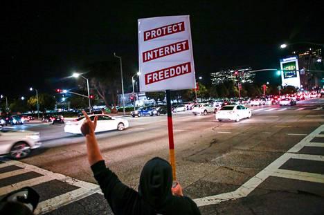 Verkkoneutraliteetin kannattaja protestoi Los Angelesissa Yhdysvaltojen telehallintoviraston FCC:n aikomusta ryhtyä purkamaan operaattorien dataliikenteen hinnoitteluperiaatetta marraskuun lopussa.