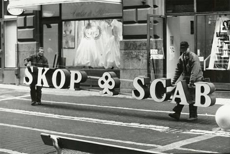 Vuonna 1991 Suomen Pankki otti Säästöpankkien Keskus-Osake-Pankin haltuunsa. Samana vuonna pankin roskalainat siirrettiin valtion omaisuudenhoitoyhtiöön Arsenaliin. Kaksi vuotta myöhemmin pankin valomainoksia irrotettiin Helsingissä.
