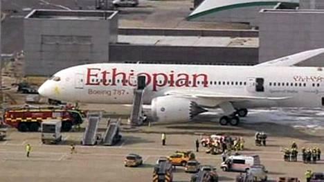 Pelastushenkilökunta ympäröi palamaan syttyneen Ethiopian Airlinesin Boeing 787 -koneen Heathrow'lla perjantaina.