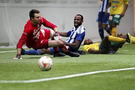 Ousman Jallow (kesk.) onnistui maalinteossa liigacupin ottelussa KTP:tä vastaan.