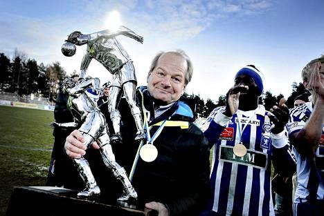 HJK juhli jalkapallon Suomen mestaruutta Jyväskylässä Harjun stadionilla. Antti Muurinen ja pokaali.