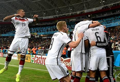 Saksan pelaajat juhlivat Algeria-pelin jälkeen.