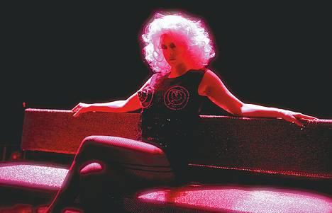 Madonna (Kreeta Salminen) on piinkova bisnesnainen ja uhri.