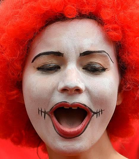 McDonald'sin työntekijöiden lakkoa tukeva mielenosoittaja Lontoossa maanantaina.