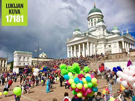 Meri Ala-Kokko kuvasi Pride-kulkueen kokoontumista lauantaina puoliltapäivin Senaatintorilla.