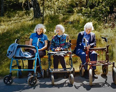 Ingrid Döbling, 74, Ann-Marie Erixon, 91, ja Kitty Pihl, 94, ovat ystäviä.