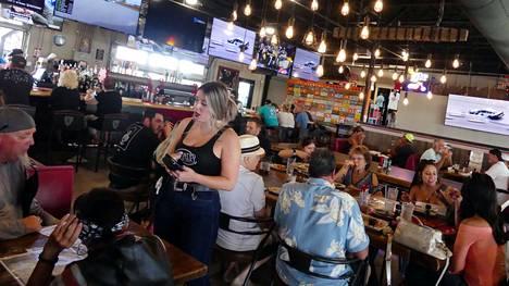 Ruokailijoita Twisted Fork -ravintolassa Port Charlottessa, Floridassa toukokuussa pian sen jälkeen, kun Yhdysvaltain tautikeskus CDC totesi, ettei rokotettujen tarvitsisi käyttää enää maskeja.