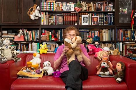 Muistisairaudesta kärsivän Aili Rajavaaran elämässä on yhä myös hauskoja ja kauniita asioita, kuten juttelu pehmoeläinten kanssa.