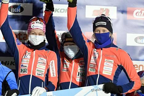 Kainuun Hiihtoseuran Anne Kyllönen (vas.), Heini Hokkanen ja Anni Alakoski juhlivat voittoa naisten 3x5 kilometrin viestissä maastohiihdon Suomen cupin osakilpailussa Vantaan Hakunilassa 13. tammikuuta 2021.