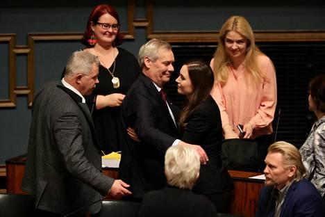 Entinen pääministeri Antti Rinne onnitteli Sanna Marinia äänestyksen jälkeen.