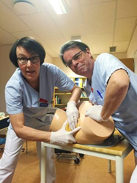 Tiina ja Jouko Pirhosen elämäntyö on kouluttaa kätilöitä ja synnytyslääkäreitä Pohjoismaissa.
