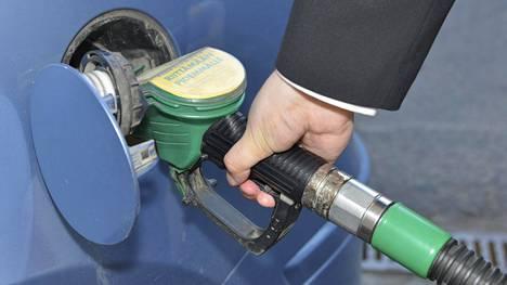 Bensan tankkaajia ei raakaöljyn hinnan laskeminen heti hyödytä.