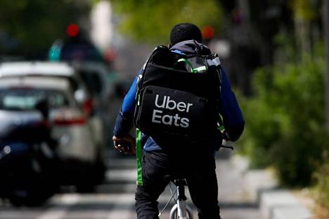 Uberin Eates-ruokalähetti liikkui polkupyörällä Pariisissa 1. huhtikuuta 2020.