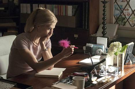 Gillian Flynnin menestysromaaniin perustuvan Gone Girl -elokuvan pääosassa on Rosamund Pike.