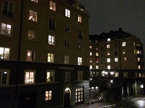 Näissäkin Tukholman kantakaupungin taloissa suljetut verhot olivat selvässä vähemmistössä.