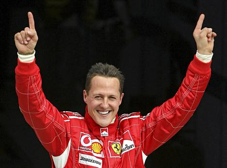 Michael Schumacher juhlisti paalupaikkaa Bahrainin GP:ssä vuonna 2006.