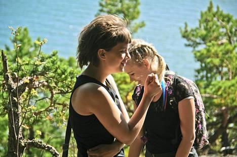 Satu (Inka Haapamäki) ja Heidi (Rosa Honkonen) tekevät vallankumousta, jonka tähtäimessä on puhdistaa kapitalismin pilaama rakkauskäsitys. Mutta sitten toinen rakastuu poikaan.