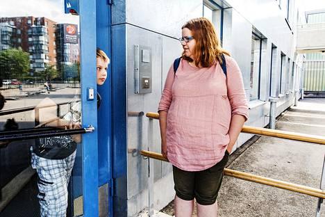 Karoliina Kähö sai vanhemmalle lapselleen koululääkäri ajan vasta, kun hän alkoi sitä itse kysellä. Viime perjantaina Kähö oli Elmeri Martikaisen kanssa Arabian peruskoulun ovella.