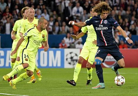 David Luiz sai laukoa PSG:n johtomaalin rauhassa Barcelonan puolustuksen keskeltä.