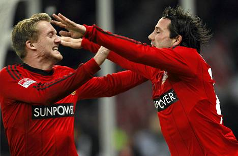 Bayer Leverkusenin Gonzalo Castro ja Andre Schuerrle (vas.) juhlivat maalia.