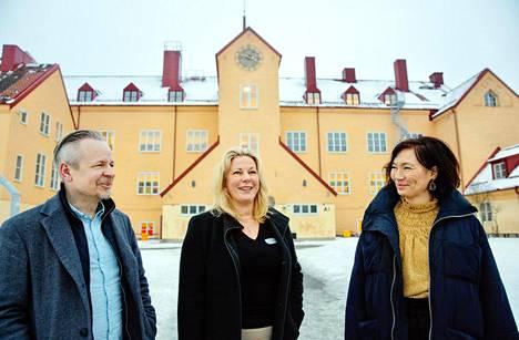 Hagsätran koulun rehtori Mattias Wahlström, Enskeden koulun rehtori Sofia Stenberg ja koulupudokkaita auttava Dalí Takahashi Enskeden peruskoulun edessä. Suuressa koulussa on oppilaita ensimmäisestä luokasta yhdeksänteen.
