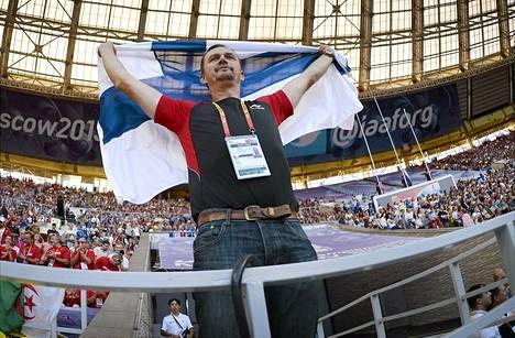 Tero Pitkämäen valmentaja Hannu Kangas oli varustautunut mitalijuhliin Suomen lipulla.
