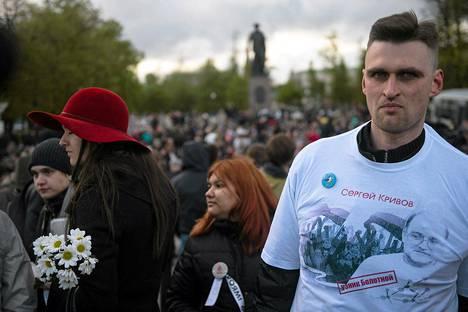 Hiljaisen protestin osallistujia Moskovassa 6. toukokuuta.