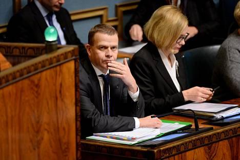 Kokoomuksen sote-kannan ratkaisivat valtiovarainministeri Petteri Orpo ja sisäministeri Paula Risikko. Kuva eduskunnan suulliselta kyselytunnilta 30. marraskuuta 2017.
