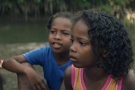 Angello Faccinin ja Guille Isan lyhytelokuva Dulce kertoo kolumbialaisesta äidistä, joka yrittää opettaa tytärtään Dulcea uimaan.