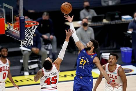 Pelinumeroa 27 kantava Denver Nuggetsin Jamal Murray vei Chicago Bullsia vastaan pelatun pelin jatkoajalle.