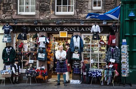 Skotlantilaisia matkamuistoja ostavat lähinnä turistit. Myöskään kilttiä, perinteistä skotlantilaista asua, ei juuri Edinburghin keskustan katukuvassa näy.