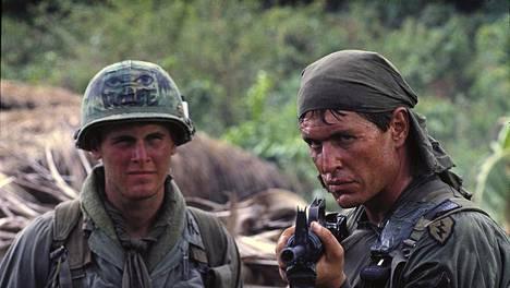 Platoon – nuoret sotilaat -elokuvassa Mark Moses esittää kokematonta luutnantti Wolfea ja Tom Berenger on karski ylikersantti Barnes.