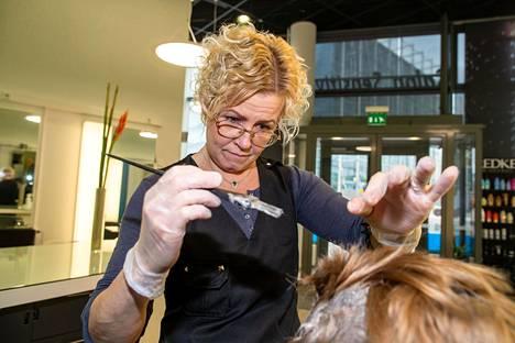 Kampaaja Katja Ekroth värjäsi asiakkaan hiuksia Salon Sensitivessä. Tällä viikolla asiakkaita on taas alkanut näkyä.