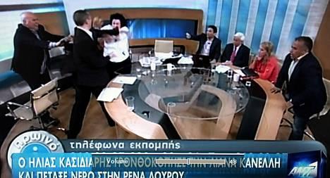 Ilias Kasidiaris (toinen vas.) läimäytti kommunistipuolueen Liana Kanellia tv-lähetyksessä torstaina.