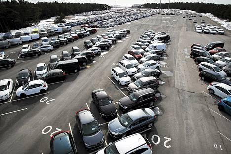 Hangon ulkosatamaan tuodut autot odottelevat varustelua ja luovutusta asiakkaille.