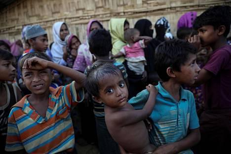 Rohingya-pakolaiset jonottivat ruoka-apua Kutupalongin pakolaisleirillä Bangladeshissa maanantaina.
