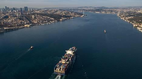 Konttialus kulkemassa Istanbulin läpi Bosporinsalmessa huhtikuussa 2020.