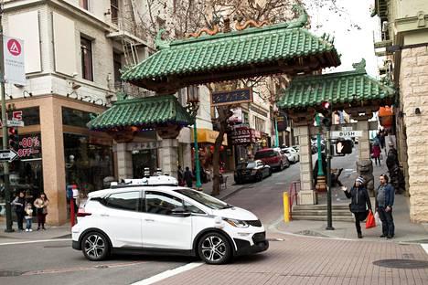 Itseajava auto testiajossa San Franciscon kiinalaiskorttelissa. Monet teknologiayhtiöt panostavat täydellä teholla robottiautojen kehityseen ja niitä näkee päivittäin Piilaaksossa.