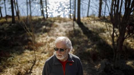 Karstulalainen Jukka Hiltunen, 70, kotipihallaan.